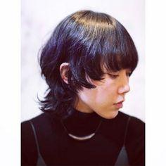 サイドの髪にパーマをかけてくりんとしたシルエットをつくれば、小顔効果も◎。モードな雰囲気に。