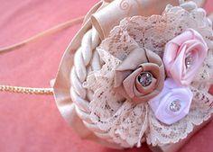 Tiara dourada com flores de cetim coloridas com renda, cordão e strass  Ideal para mulheres e noivas que gostam de fugir do tradicional branco ! R$21,90