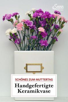 In ihrem Atelier in der Wachau hat Lena Bauernberger diese Blumenvase aus Keramik handgefertigt und mit einem nostalgischen Karteischrank-Schild aus Metall verziert. #tischdeko #einrichte #vase #muttertag Vintage, Vase Of Flowers, Special Gifts, Gifts For Women, Decorating, Handmade, Nice Asses, Vintage Comics
