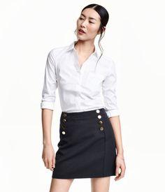Katso! Muotoonommeltu paita joustavaa kangasta. Kapea taitekaulus ja piilonapitus edessä. – Käy hm.comissa katsomassa lisää.