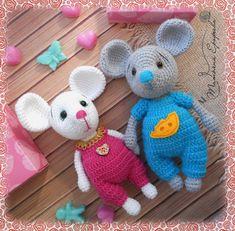 PDF Мышонок в комбинезоне. Бесплатный мастер-класс, схема и описание для вязания плюшевой игрушки амигуруми крючком. Вяжем игрушки своими руками! FREE amigurumi pattern. #амигуруми #amigurumi #схема #описание #мк #pattern #вязание #crochet #knitting #toy #handmade #поделки #pdf #рукоделие #мышка #мышонок #мышь #mouse