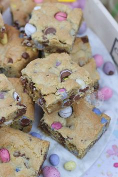 A Yummy Mini Egg & Chocolate Chip Cookie Traybake perfect for Easter. Mini Egg Cookie Bars are my new Easter Favourite that you'll all love too! Mini Eggs Cake, Mini Eggs Cookies, Easter Cookies, Easter Treats, Sugar Cookies, Mini Egg Recipes, Sweet Recipes, Cake Recipes, Easter Deserts