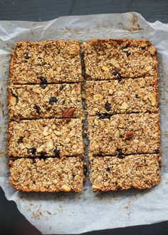 These granola bars are packed with banana, dried fruit, quinoa, oats and chia seeds. Theyre a great on the go breakfast or fuel up snack! Gluten free too. Granola Muesli, Quinoa Granola Bars, Banana Granola, Banana Bars, Oat Granola Bar Recipe, Vegan Granola, Banana Bread, Healthy Bars, Healthy Treats