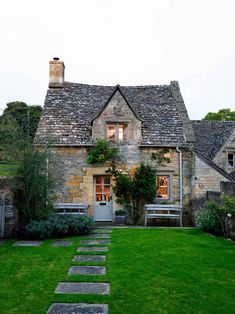 Discover amazing real homes on HOUSE – design, food & travel by House & Garden. … Discover amazing real homes on HOUSE – design, food & travel by House & Garden. Escape to this eighteenth-century cottage in the Cotswolds. Cute Cottage, French Cottage, Cottage Style, Romantic Cottage, Cottage Design, Fairytale Cottage, Country Cottage Decorating, English Country Decorating, Farmhouse Decor