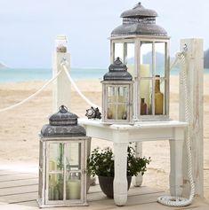 Décoration cottage chic en lanternes en métal patiné et bois vieilli