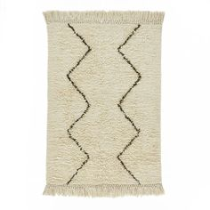 Style berbère pour ce tapis bicolore en pure laine naturelle. Finition frangée nouée.Isolant thermique et phonique naturel, le tapis recompose l'espace, réchauffe une pièce, crée un sentiment de bien-être, de confort. C'est un élément de décoration qui apporte style et ambiance.Composition :- Tapis 100% laine Caractéristiques- Type de fabrication : tissé main- Poids : 2400 à 2600 g/m²- Hauteur des poils : 2 à 2,5 cmEntretien- Contrairement aux idées reçues, un tapis qui peluche est signe...