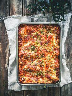 Vaikka kuinka haluaisi valmistaa joka päivä jotain uutta ja erilaista, niin joskus aikaa on vietettävä keittiön ulkopuolellakin. Silloin on paras turvautua ison padan ratkaisuun – nyt riittää ruokaa moneksi päiväksi ja ruokahuolet on hoidettu parilta päivältä! Ystäväni Elsa sattui puhumaan männä viikolla valmistaneensa härkislasagnea. Lasagnea! Yksin ja itselleen. Nyt en voi… Easy Cooking, Healthy Cooking, Cooking Recipes, I Love Food, Good Food, Yummy Food, Vegetable Recipes, Vegetarian Recipes, Healthy Recipes