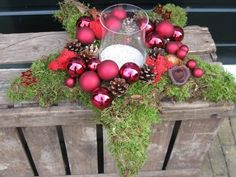 decoratie red for christmas Decoration Christmas, Christmas Greenery, Christmas Arrangements, Christmas Tablescapes, Christmas Centerpieces, Xmas Decorations, Christmas Wreaths, Swedish Christmas, Christmas Star