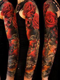 Тату рукав у девушки - красные розы