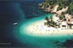 Isla de plata.Enmarcada por unos enormes cocoteros que te dan la bienvenida, Isla de plata es un pequeño paraíso del Mar Caribe, perteneciente al Parque Nacional Mochima del estado Anzoátegui, representada por su playa de níveas y suaves arenas que se difuminan en la orilla,