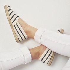 Die perfekte Kombination - weiße 7/8-Jeans und Espadrilles #espadrilles #whitejeans