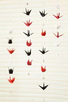 Móbiles com origami tsuru para energizar o ambiente