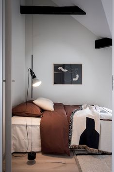 Light and airy duplex apartment - COCO LAPINE DESIGN - Light and airy duplex apartment with deep rust coloured bedding and back accents - Light Brown Bedrooms, Brown Bedroom Decor, Bedroom Rustic, Minimal Bedroom, Modern Bedroom, Interior Exterior, Interior Design, Home Design Decor, Interior Livingroom