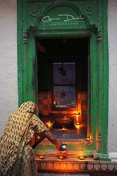 Lighting clay lamps for diwali ©Cosmin Danila Photography. Om Namah Shivaya, Amazing India, Om Shanti Om, Indian Colours, Mughal Empire, India People, Largest Countries, Varanasi, India Travel