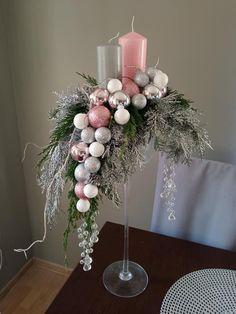 Christmas Flower Arrangements, Christmas Table Centerpieces, Christmas Door Decorations, Christmas Flowers, Noel Christmas, Diy Christmas Ornaments, Simple Christmas, Christmas Wreaths, Christmas Crafts