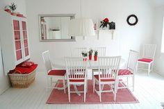 Rot-weißes Esszimmer