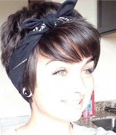 Beloved Short Haircuts for Women with Round Faces - Love this Hair - Hair - Cheveux Bandana Hairstyles Short, Cute Short Haircuts, Round Face Haircuts, Hairstyles For Round Faces, Pixie Hairstyles, Short Hairstyles For Women, Hairstyles With Bangs, Trendy Hairstyles, Natural Hairstyles