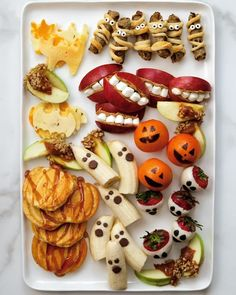 Comida De Halloween Ideas, Halloween Appetizers For Adults, Halloween Finger Foods, Easy Halloween Snacks, Hallowen Food, Appetizers For Kids, Halloween Baking, Halloween Dinner, Halloween Drinks