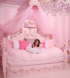 This room is a room that girls can only dream of.... and i would love to have a room like this.