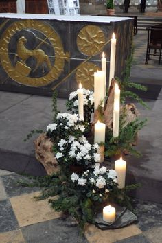 Church Flower Arrangements, Christmas Floral Arrangements, Church Flowers, Church Altar Decorations, Front Door Christmas Decorations, Deco Floral, Art Floral, Church Banners, Christmas Flowers