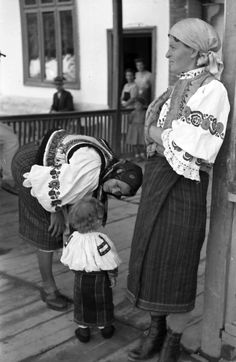 The of peace during wartime. Bicaz, during World War II, 1943 Traditional Art, Traditional Outfits, Costume Castle, Folk Costume, Costumes, Cinema Theatre, Folk Embroidery, Holiday Traditions, The Past