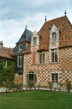 The Castle Victot is a testament to the architecture of the sixteenth century in Normandy with a tiled façade of stone and red brick: this style of sophisticated surface was the prerogative of the elders and signified the wealth of the owner.