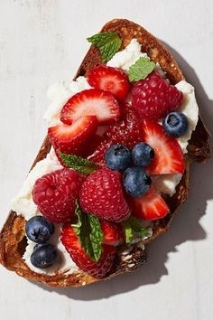 Mascarpone & Berries Toast Creamy mascarpone is delightful when topped with mixed berries and mint for this bright-tasting, easy and healthy breakfast toast. Healthy Breakfast Recipes, Healthy Snacks, Healthy Breakfasts, Healthy Recipes, Fish Recipes, Chicken Recipes, Gourmet Recipes, Dessert Recipes, Brunch Recipes
