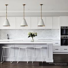 STYLE: Love this contemporary take on the Hamptons trend in the home of Designed and built by the… Kitchen Island Bench, Modern Kitchen Island, Hamptons Kitchen, Hamptons House, Bathroom Interior Design, Kitchen Interior, Kitchen Lamps, Kitchen Lighting, Layout Design