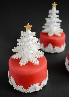 44 Easy Christmas Cake Decoration Ideas For New Year - Cakes - Gateau Christmas Cake Decorations, Christmas Cupcakes, Christmas Sweets, Christmas Cooking, Holiday Cakes, Noel Christmas, Christmas Goodies, Simple Christmas, Xmas Cakes