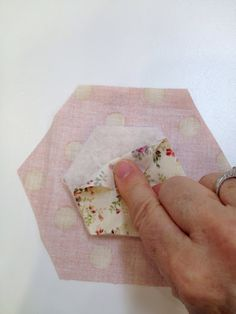 This week a quilting friend showed me a fun little hexagon table topper that she made using a quilt as you go technique. She used some spe. Hexagon Quilt Pattern, Quilt Block Patterns, Quilt Blocks, Hexagon Quilting, Quilting Tutorials, Quilting Projects, Quilting Designs, Quilting Tips, Coin Couture