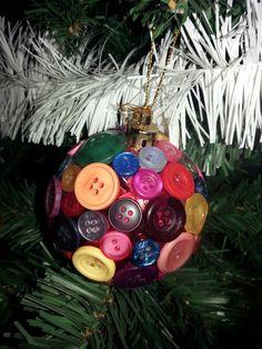 Plastic kerstbal versiert met knopen