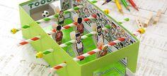Kaum zu glauben, eine Taschentücher-Box lässt sich in ein ganzes Fußballstadion verwandeln! Mit Hilfe von Trinkhalmen und Wäscheklammern wird der Miniatur-...