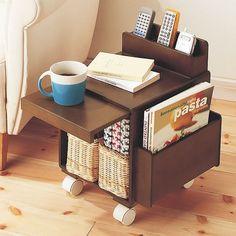 Mini móvel para acomodar revistas, controles remotos e até copos ou canecas. #furniture #smallspaces #organização