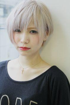 アッシュ、ホワイト、ブリーチ関連のショートヘアです。クールで格好いいホワイトショートです!メニューはカット・ヘアカラーです。トルネードの仲澤 武の青山、ピンパーマ、10代おすすめヘアスタイルです。 White Blonde, White Hair, Medium Bob Cuts, Short Hair Cuts, Short Hair Styles, Bob Hair Color, Asian Haircut, Asian Style, Hair Designs