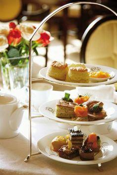 アフタヌーンティー(Afternoon tea)とはイギリス発祥のお茶の文化のことで、紅茶とともにお菓子・軽食などを楽しむ優雅なお茶会のこと。単に飲食を楽しむだけでなく社交の場としても使われました。