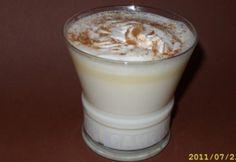 Fehér forró csokoládé Hot Chocolate, Glass Of Milk, Drinks, Food, Essen, Drinking, Crockpot Hot Chocolate, Beverages, Meal