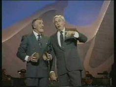 El GRAN Howard Keel cantando un popurrí de 'Oklahoma!' en el Show de Bruce Forsyth. Corría el año 1992 y el hombre tenía ya 73 años. Ya quisieran muchos divos tener esa voz con 30. Falleció en 2004. DEP.