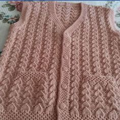 The reversed heart knit model is a feminine knit pattern woven with a fine rope. Knitting Stitches, Knitting Designs, Baby Knitting, Baby Dress Patterns, Knitting Patterns, Punjabi Suit Simple, Knit Baby Sweaters, Wedding Dress Train, Bohemian Tops