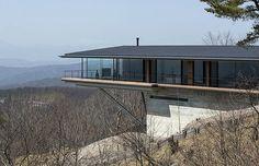 Estúdio de arquitetura constrói residência que parece flutuar em um cenário paradisíaco