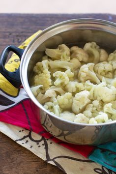 3 small heads cauliflower 6 cups vegetable broth 6 cloves garlic, minced 1 tablespoon butter 1 teaspoon salt pinch of nutmeg pinch of black pepper 1 tablespoon olive oil ¼ cup heavy cream 1 cup starchy boiling water from pasta pot New Recipes, Real Food Recipes, Cooking Recipes, Favorite Recipes, Healthy Recipes, Healthy Meals, Fettuccine Alfredo, Alfredo Sauce, Fettuccine Noodles