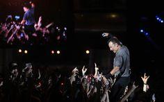 Bruce sobe na grade para ficar mais próximo dos fãs logo no início do show do Palco Mundo.