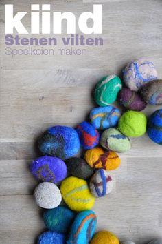 Het vilten van stenen is prima te doen met jonge kinderen en is een leuke kennismaking met het principe van vilten.