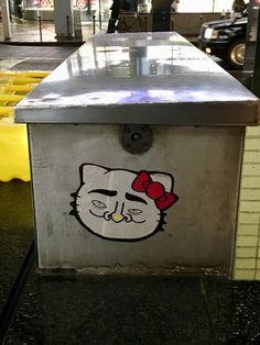 新宿と同類のキティを銀座四丁目交差点で発見。やはり宅配便の伝票らしき紙が使われている。