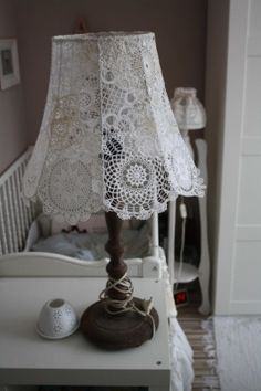 cotton tape is wound to which it is sewn into the canopy Lace Lampshade, Doily Lamp, Crochet Lampshade, Vintage Lampshades, Doilies Crafts, Lace Doilies, Crochet Doilies, Lampe Crochet, Shabby Chic Lamp Shades