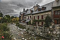 El riu Garona al seu pas per Arties, municipi de Naut Aran, a la Val d'Aran (Catalunya-Catalonia)