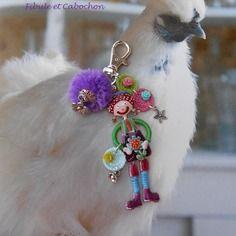"""Bijou de sac porte clefs fantaisie """"marchande de fleurs"""" - breloques - métal argenté et émail - pompon - pastilles crochetées - fleurs"""