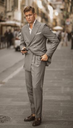 Easy yet sophisticated tips for you to make the best of all your suits. Mens Fashion Suits, Mens Suits, Men's Fashion, Double Breasted Pinstripe Suit, Grey Suit Combinations, Street Style Suit, Herren Style, Elegantes Outfit, Dress With Sneakers