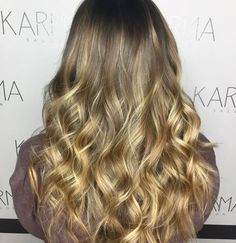 We might currently be suffering from the #Mondayblues but this hair is not. We are thinking a #honey #balayage and loose waves might be the cure.  #Hair by @hairing_is_caring.