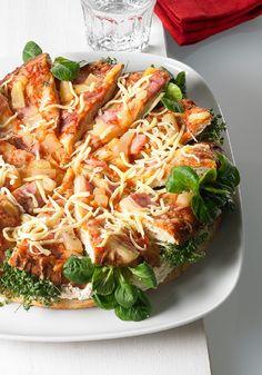 Pizza gefüllt mit Salat und Frischkäsecreme.