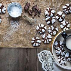 Ραγισμένα μπισκότα σοκολάτας / Chocolate biscuits. Εντυπωσιακά και με απίστευτη γεύση, τα ραγισμένα μπισκότα σοκολάτας σε μια εύκολη συνταγή! #συνταγές #ελλάδα #γλυκά #σοκολάτα #greekrecipes #greekfood #greekfoodrecipes #cookies #cookiesrecipes #biscuitrecipe #greek 12 Days Of Xmas, Biscuit Cookies, Christmas Cookies, Biscuits, Sweets, Breakfast, Food, Xmas Cookies, Crack Crackers